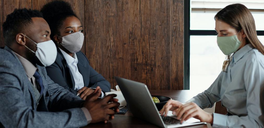деловые переговоры в масках